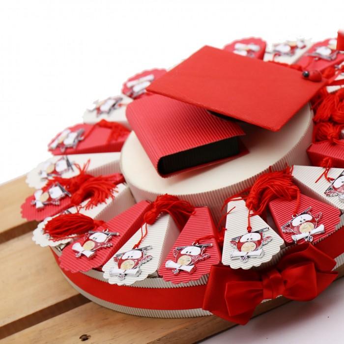 Bomboniera Gufo Tocco Laurea con Libro e Pergamena di colore Rosso su Torta con Confetti.