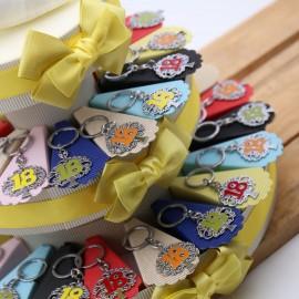 Bomboniere Portachiave Albero della Vita 18 su Torta per Compleanno colorato e confetti.