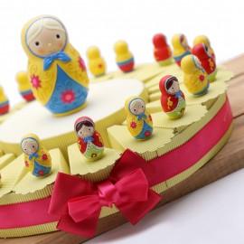 Bomboniere Compleanno Matrioske Russe Colorate su Torta con confetti e bigliettino.